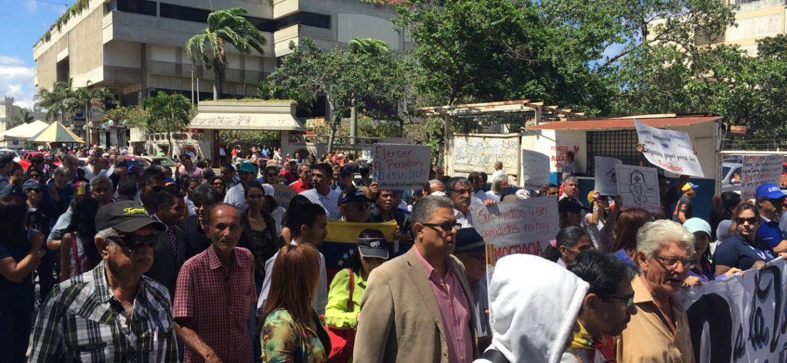 Periodistas venezolanos marchan por cierre de medios