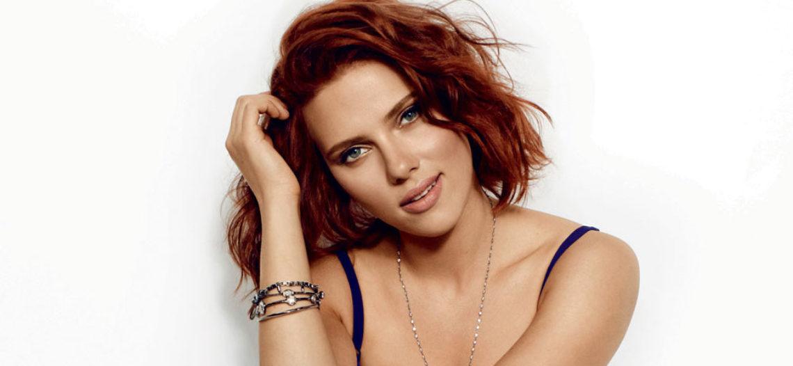 Scarlett Johansson presume su anillo de compromiso