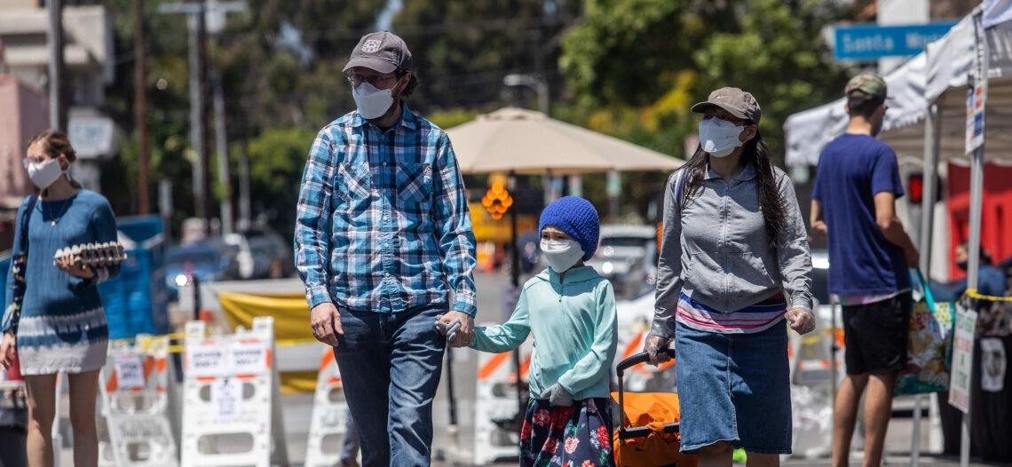 California ordena el uso de cubrebocas al salir a la calle