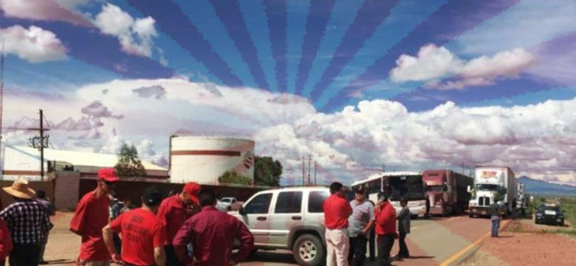 Mineros exigen que AMLO cumpla su promesa de campaña bloqueando carretera y vías del tren
