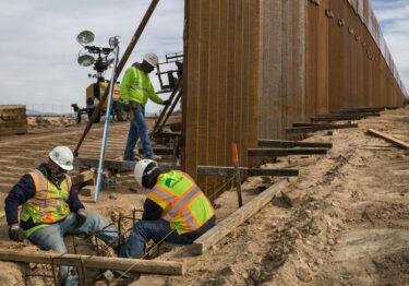 Pese a orden de Biden, continúa construcción del muro de Trump