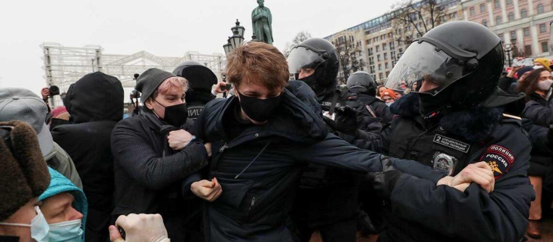 Miles desafían represión en Rusia y marchan en apoyo a opositor Navalni