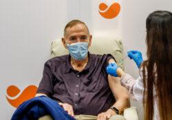 Más de 200 mil personas son vacunadas al día contra covid en Gran Bretaña