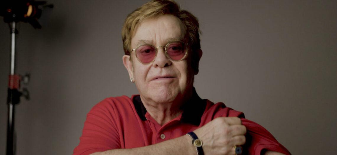 Elton John protagoniza campaña a favor de la vacunación