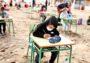 Niños toman clases a la orilla del mar en España
