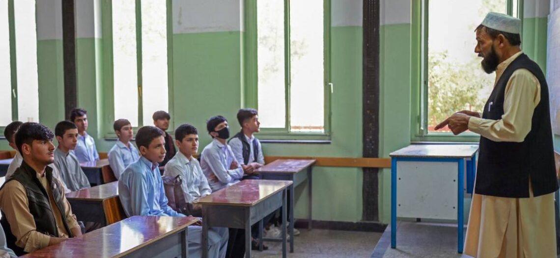 Reabren secundarias en Afganistán, pero sin niñas ni maestras