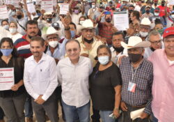 Entrega Alfonso Durazo apoyos a pescadores del sur de Sonora